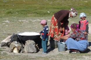 Les nomades préparent du yaourt.