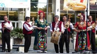 Musique et chant traditionnel, avec cornemuse (à g.).
