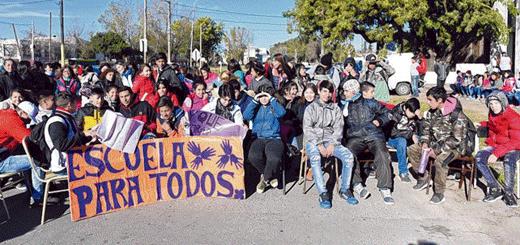 Clase pública para reclamar cargos docentes en escuela de Villa G. Gálvez