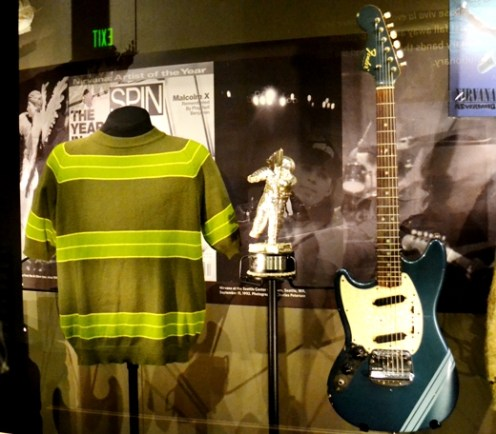 Playera y guitarra usadas por Cobain en el video Smells like teen spirit