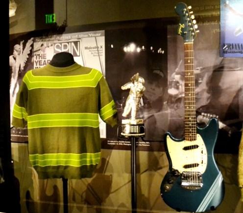 Playera y guitarra usadas por Cobain en el video Smells like teen spirit