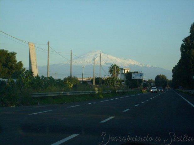 SS114 - Uma rodovia com o Etna ao fundo