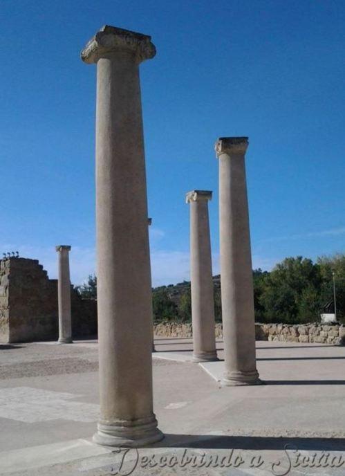 Entrada da Villa Romana del Casale: um pátio em forma de ferradura e circundado por colunas de mármore. - Foto: Acervo Pessoal