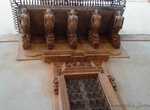 Como não se encantar com estas varandas cheias de seres mitológicos esculpidos nos mínimos detalhes?