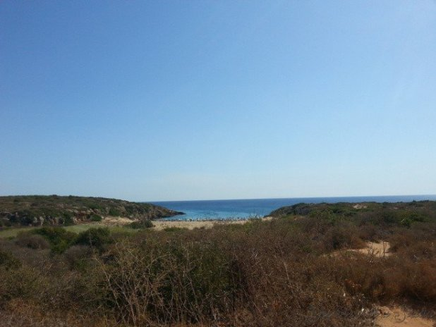 Após uma caminhada bem desgastante para quem está fora de forma e debaixo de um sol de 40º, eis que avistamos o mar.