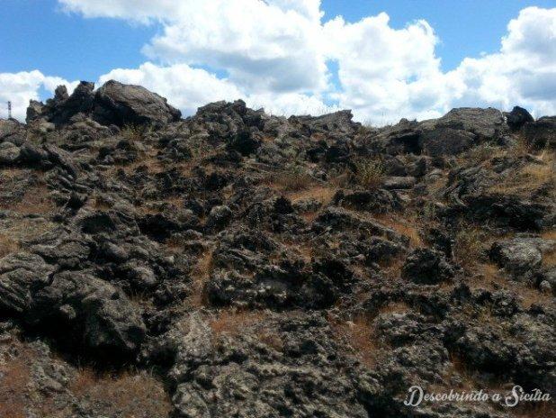 Por vários quilômetros, a paisagem se resume a paredões de lava solidificada, tanto de um lado quando do outro dos trilhos.