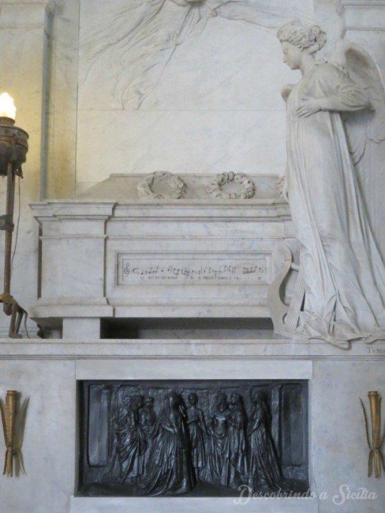 "Túmulo de Bellini na Catedral de Catânia. Na sua lápide estão escritas as primeiras notas da partitura de La Sonnambula: ""Ah! non credea mirarti / Sì presto estinto, o fiore"""
