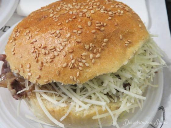 """""""Meusa maritata"""" - sanduíche com a adição de queijo."""