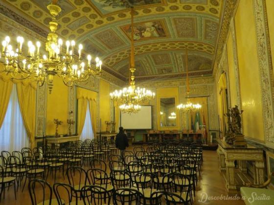 Para não dizer que não tirei nenhuma foto sequer dos interiores do Palácio Real, esta é a Sala de Imprensa da Assembléia Regional Siciliana, chamada de Sala Gialla (Sala Amarela).