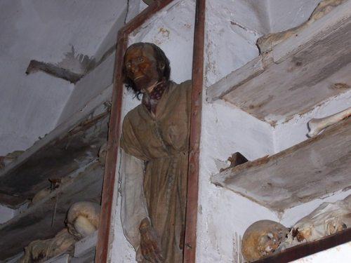 """Esta é uma das múmias mais terrificantes. Ele se chama Antonio Prestigiacomo e morreu em 1844. Dizem que ele era um grande """"don juan"""", tanto que pediu que colocassem olhos de vidro em sua múmia, para que ele permanecesse com os olhos abertos e pudesse apreciar as mulheres por toda a eternidade."""