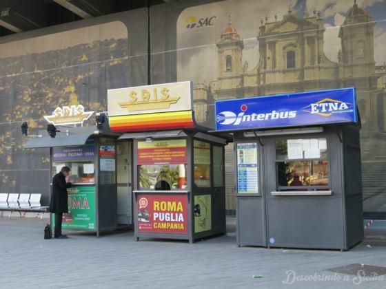 Parada dos ônibus no aeroporto de Catânia