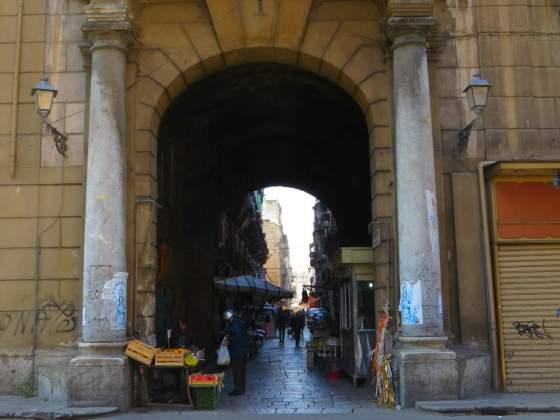 Arco Cutò, um dos acessos de Ballarò à Via Maqueda. Essa travessa se chama Via Chiappara al Carmine