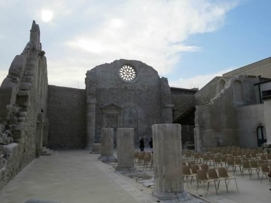 Nesta foto dá para ver a parte interna da fachada de época normanda.