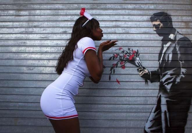 "Pieza de Banksy en ""the Hustler Club"" en Hells Kitchen. (Eric Thayer/Reuters)"