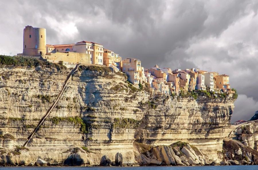 Apelidada de a ilha da beleza, a Ilha de Córsega é mais um dos roteiros de charme na França recomendados por Pryscila