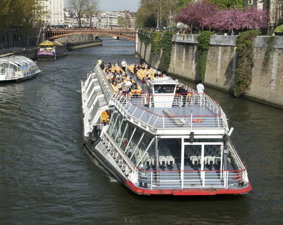 cruzeiro fluvial pelo Rio Sena, França