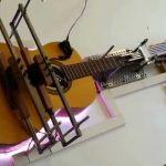 Arduino también toca la guitarra.