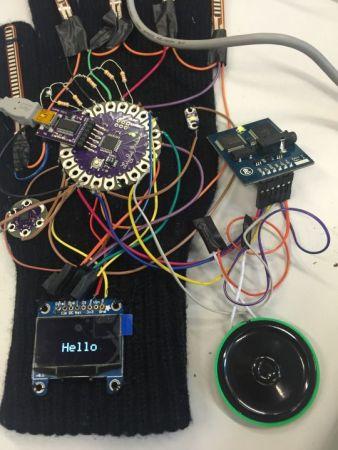 guante_Arduino2-338x450 Un guante inteligente que traduce el lenguaje de signos a texto y audio.