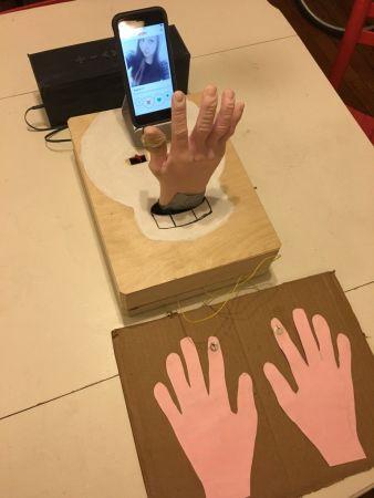 tinder-arduino-338x450 Busca a tu pareja en Tinder con este robot