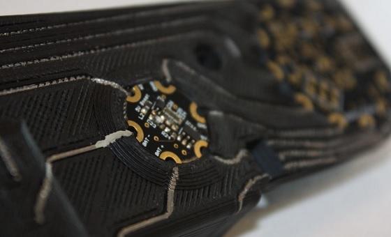 Una vista de cerca del circuito impreso en 3D de la mano IMPACT