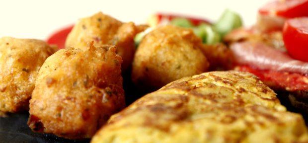 Tortilla de patatas y buñuelos de bacalao