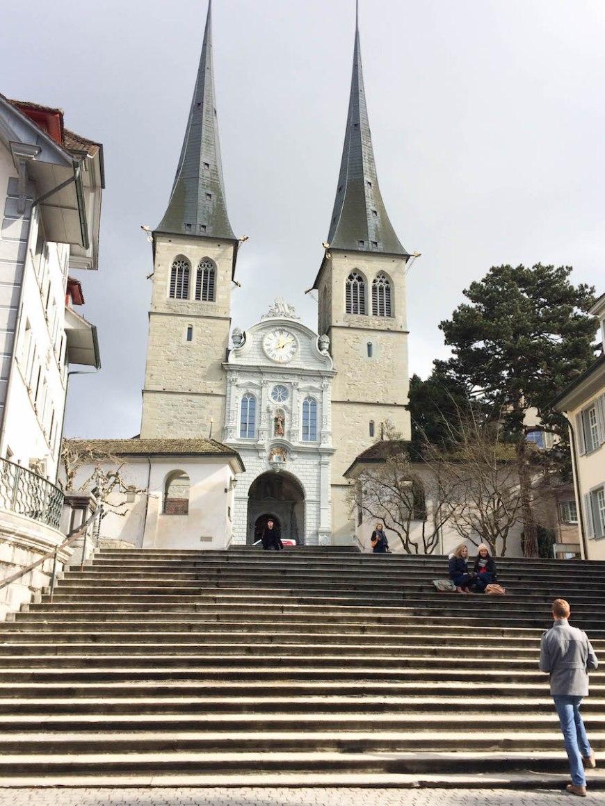 St. Leodegarkirche y sus dos campanarios