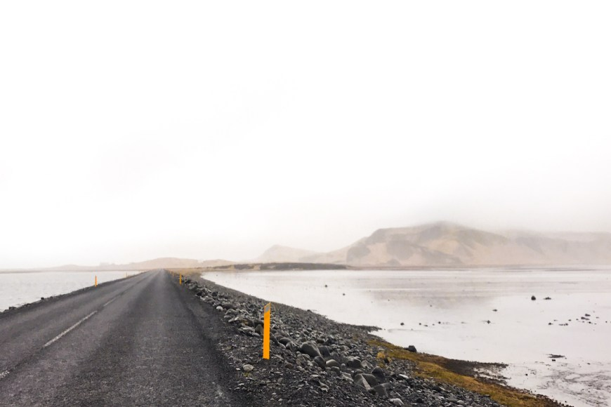 Carretera que transcurre entre dos zonas inundadas en el sur de Islandia