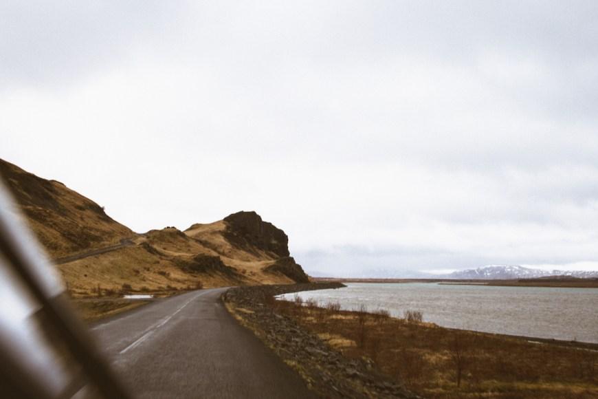 Carretera al lado de un lago en el sur de Islandia