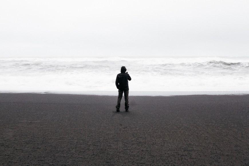Alex en la playa de Reynisfjara en el sur de Islandia