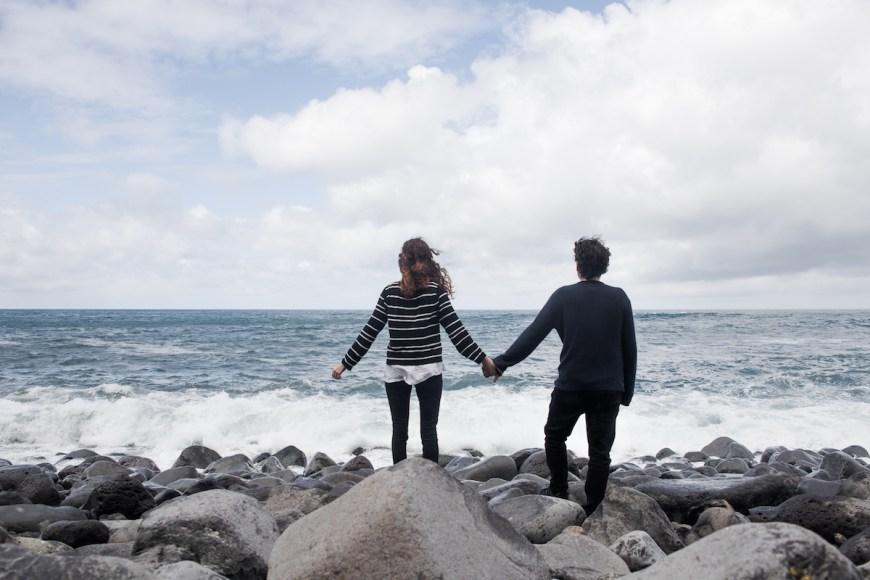 Alex y Anna frente al Océano Atlántico en Madeira