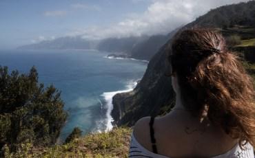 Anna en el mirador de Ribeira da Janela en el norte de Madeira.