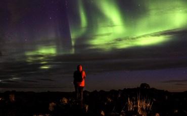 Alex pasando frio mirando una aurora boreal