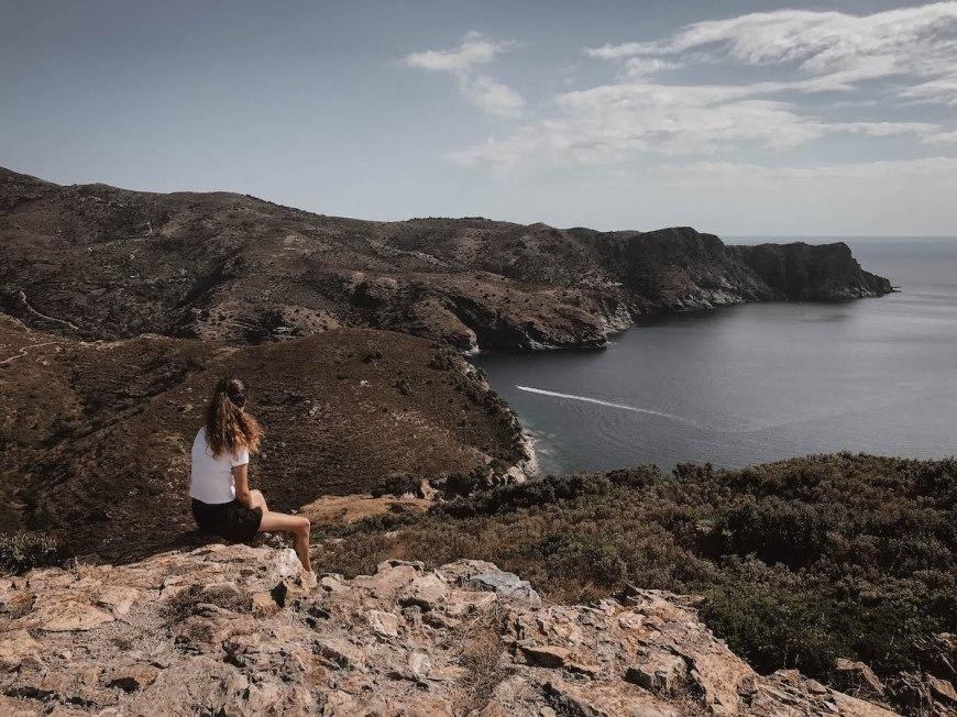 Anna admirando las vistas des del Cap Norfeu, Costa Brava