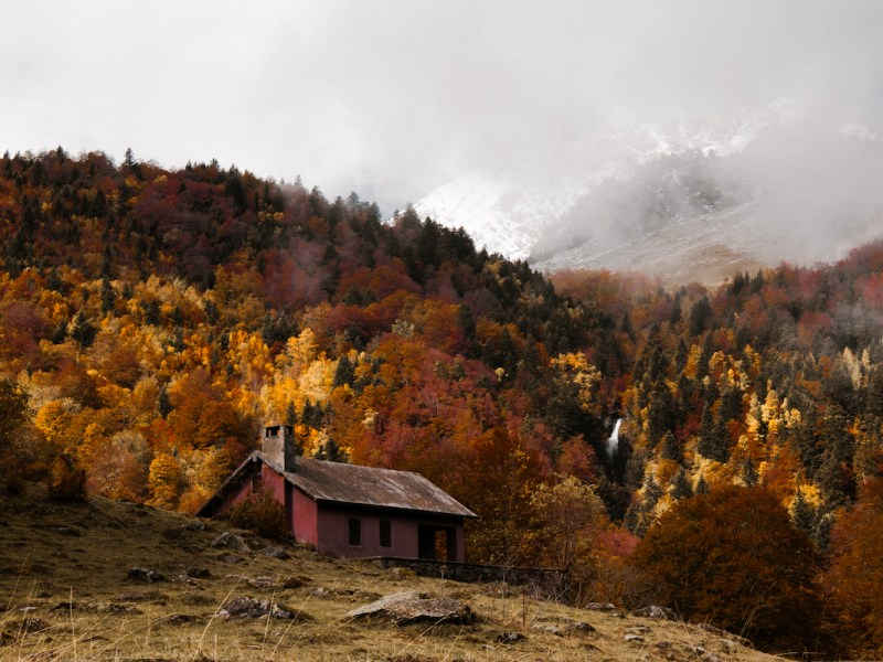 Refugio en l'Artiga de Lin en otoño, la Val d'Aran