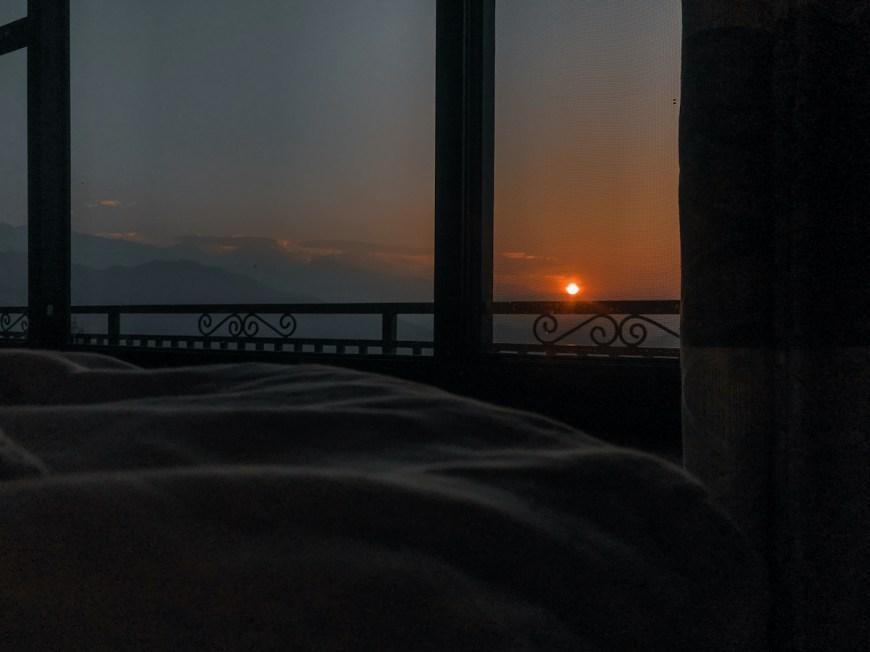 Amanecer visto des de la cama en el Sarangkot, Nepal