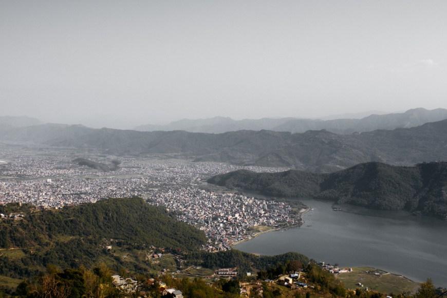 Ciudad de Pokhara y lago Fewa vistos des del Sarangkot, Nepal