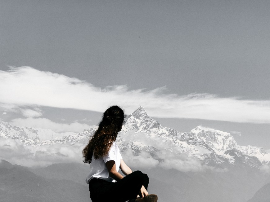 Anna frente a los himalaya en el Sarangkot, Nepal