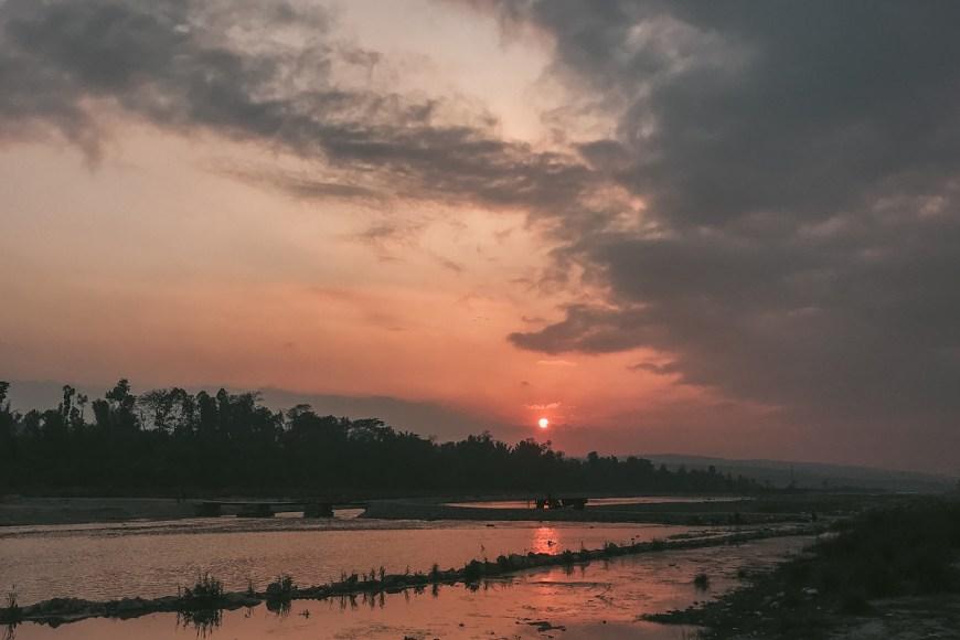 Atardecer en el río de Bastipur, Nepal