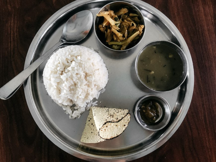 Dal Bhat servido en plato de metal, Nepal