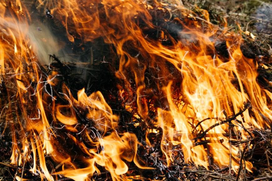 Fuego para quemar la basura en Nepal