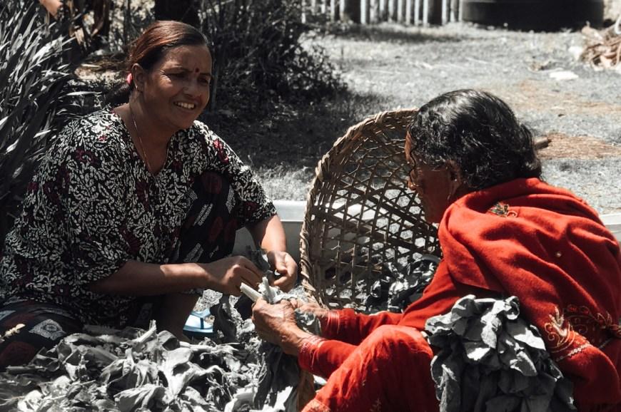 Mujeres nepalís limpiando espinacas