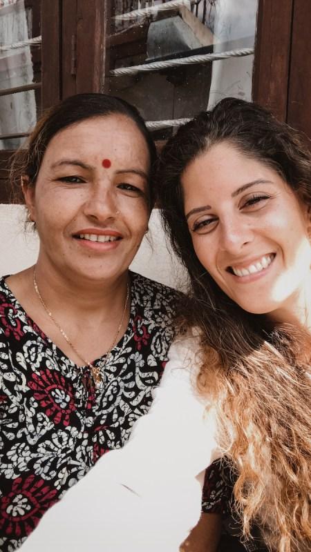 Anna junto a mujer nepalí en el Sarangkot, Nepal