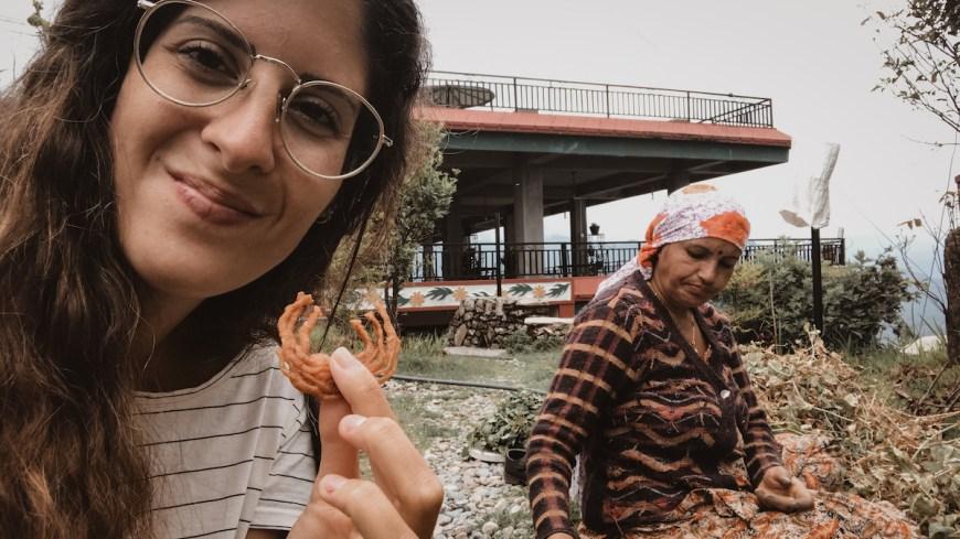 Anna comiendo jalebi junto a mujer nepalí en el Sarangkot, Nepal