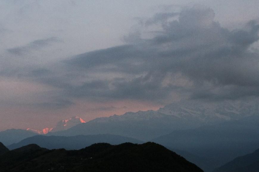Himalayas durante un amanecer nublado vistos des del Sarangkot, Nepal