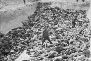 Cadáveres de prisioneros del campo de concentración de Bergen-Belsen, Fosa Común 3, fotografiada en abril de 1945.