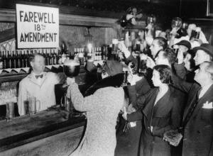 Celebración de la prohibición del alcohol en los años 30 en Nueva York. La auténtica revolución para la mujer no fue el voto, fue la ocupación de lugares públicos en igualdad de oportunidad con el hombre.