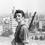 Miliciana anarquista en Barcelona en 1936. La «última frontera» para la mujer fue su derecho a defenderse por sí misma. Armarse y combatir en persona en la guerra constituye una ruptura con el mensaje del hombre protector de la mujer débil.