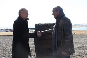 Illugi Gunnarson, Ministro de Cultura de Islandia, da la mano a Martín Garitano, diputado general de Guipozkoa, ante el monolito que conmemora la matanza de 1615 (Fuente Instituto Vasco)
