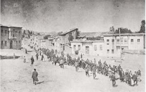Una columna de armenios es llevada a un campo de prisioneros por soldados otomanos, abril de 1915