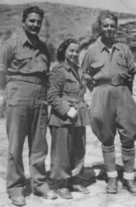 Fotografía que muestra al yugoslavo Miladin Popović, a una partisana no identificada y a Enver Hoxha (Wikimedia).